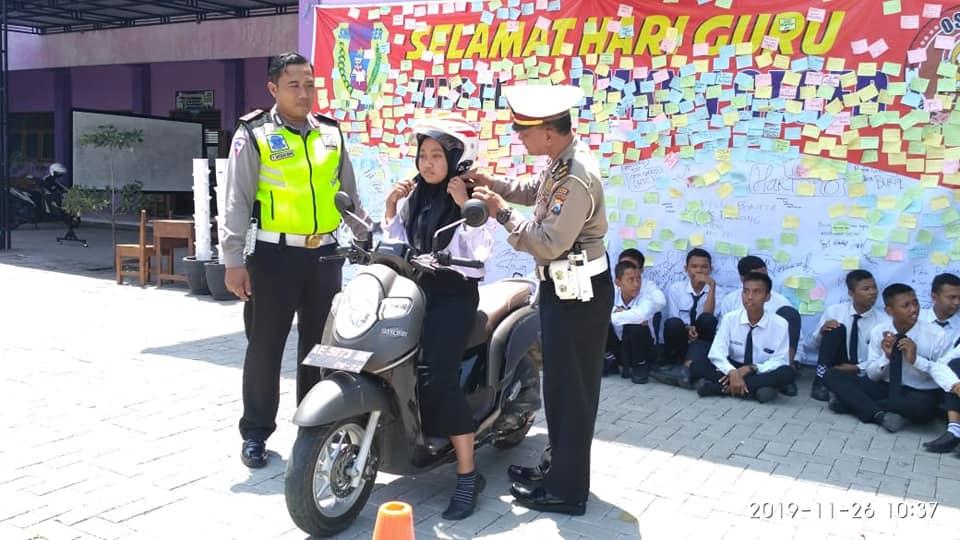 Polres Madiun Dengan SMKN 1 Geger adakan Sosialisasi Safety Riding Kepada Siswa