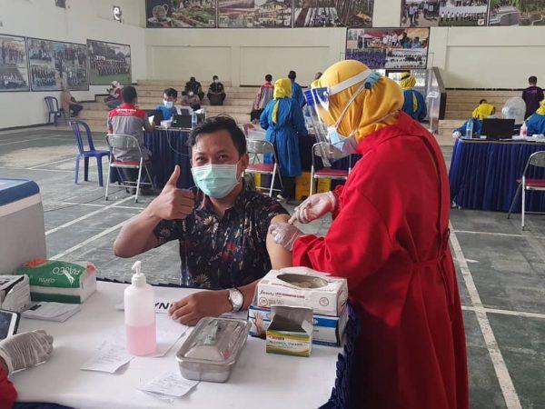 Guru dan Karyawan SMKN 1 Geger ikuti Vaksinasi tahap 1
